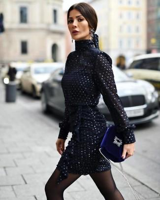 Как и с чем носить: темно-синее шифоновое платье-футляр, синяя бархатная сумка через плечо, черные серьги, черные колготки