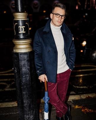 Как и с чем носить: темно-синее полупальто, белая шерстяная вязаная водолазка, темно-красные бархатные классические брюки, черные кожаные ботинки челси
