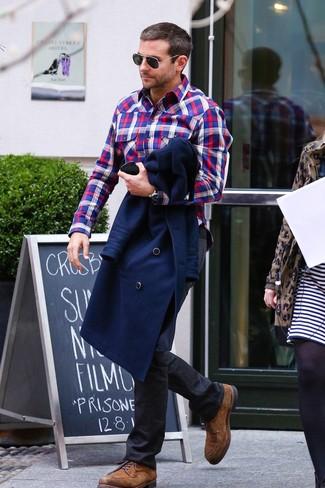 Как и с чем носить: темно-синее полупальто, бело-красно-синяя рубашка с длинным рукавом в шотландскую клетку, черные джинсы, коричневые замшевые туфли дерби