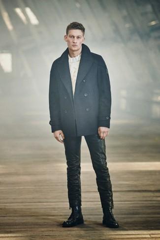 Как и с чем носить: темно-синее полупальто, белый вязаный свитер, черные кожаные джинсы, черные кожаные повседневные ботинки