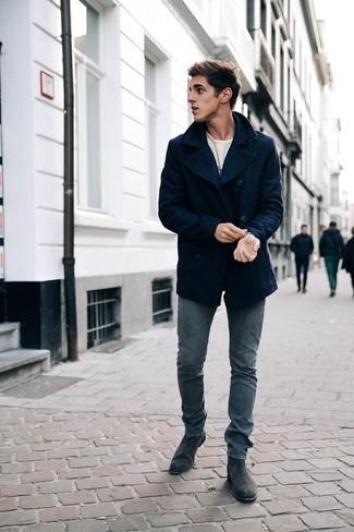 Белый свитер с круглым вырезом: с чем носить и как сочетать мужчине: Сочетание белого свитера с круглым вырезом и серых джинсов позволит выразить твой личный стиль. Хотел бы сделать ансамбль немного строже? Тогда в качестве дополнения к этому образу, выбери темно-серые замшевые ботинки челси.