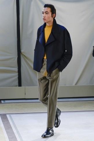 Как и с чем носить: темно-синее полупальто, оранжевая водолазка, оливковые классические брюки, черные кожаные ботинки челси
