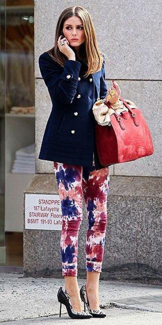 Как и с чем носить: темно-синее полупальто, разноцветные джинсы скинни c принтом тай-дай, черно-белые кожаные туфли с принтом, красная кожаная большая сумка