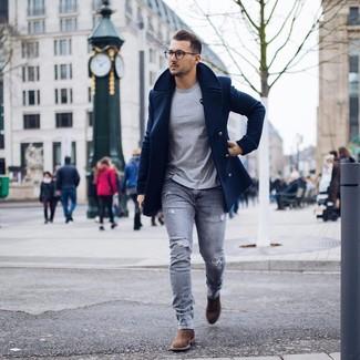 Как и с чем носить: темно-синее полупальто, серая футболка с круглым вырезом, серые рваные зауженные джинсы, коричневые замшевые ботинки челси