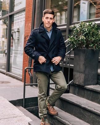 Как и с чем носить: темно-синее полупальто, синяя джинсовая рубашка, оливковые брюки чинос, коричневые кожаные повседневные ботинки