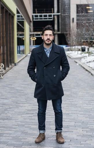 Как и с чем носить: темно-синее полупальто, синяя джинсовая рубашка, темно-синие джинсы, коричневые кожаные повседневные ботинки