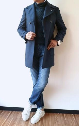 Как и с чем носить: темно-синее полупальто, черная вязаная водолазка, синие джинсы, белые кожаные низкие кеды