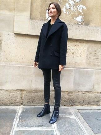 Как и с чем носить: темно-синее полупальто, черный свитер с круглым вырезом, черные джинсы скинни, черные кожаные ботильоны