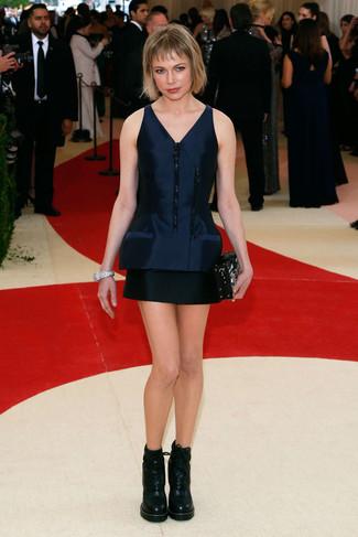 темно синее сатиновое платье прямого кроя черные кожаные ботильоны на шнуровке черный клатч с украшением large 22679