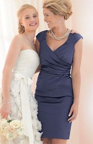 Как и с чем носить: темно-синее сатиновое платье-футляр, бежевое жемчужное ожерелье, серебряные серьги