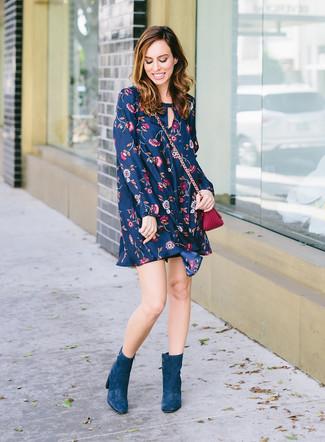 Как и с чем носить: темно-синее свободное платье с цветочным принтом, темно-бирюзовые замшевые ботильоны, пурпурная кожаная сумка через плечо