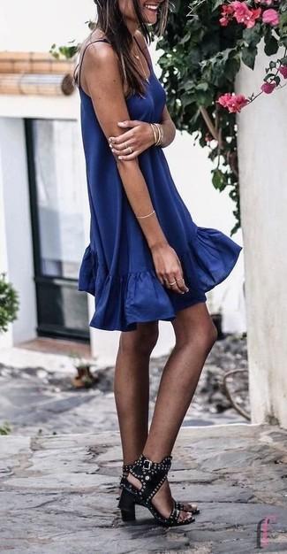 Как и с чем носить: темно-синее свободное платье, черные кожаные босоножки на каблуке с шипами, золотой браслет