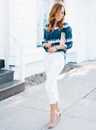 Как и с чем носить: темно-сине-белая классическая рубашка c принтом тай-дай, белые капри, бежевые кожаные босоножки на каблуке, бежевый соломенный клатч