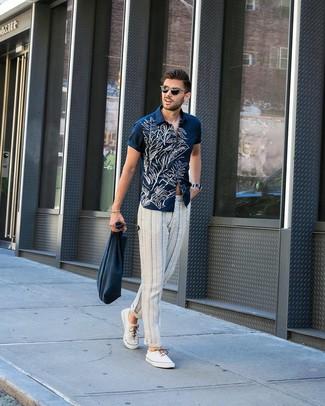 Как и с чем носить: темно-сине-белая рубашка с коротким рукавом с цветочным принтом, бело-темно-синие брюки чинос в вертикальную полоску, белые низкие кеды из плотной ткани, темно-синяя большая сумка из плотной ткани