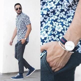 Красно-темно-синие часы в горизонтальную полоску: с чем носить и как сочетать мужчине: Темно-сине-белая рубашка с коротким рукавом с цветочным принтом и красно-темно-синие часы в горизонтальную полоску — выбор мужчин, которые никогда не сидят на месте. Если ты любишь соединять в своих образах разные стили, на ноги можно надеть темно-синие высокие кеды.