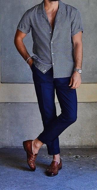 Как и с чем носить: темно-сине-белая рубашка с коротким рукавом в горошек, темно-синие брюки чинос, черные кожаные лоферы, серебряные часы