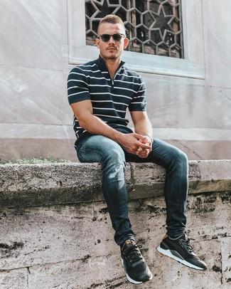 Темно-сине-белая футболка-поло в горизонтальную полоску: с чем носить и как сочетать мужчине: Если ты ценишь удобство и функциональность, темно-сине-белая футболка-поло в горизонтальную полоску и темно-синие рваные зауженные джинсы — превосходный выбор для модного повседневного мужского лука. Вместе с этим луком удачно выглядят черные кроссовки.