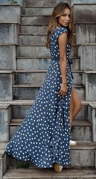 Как и с чем носить: темно-сине-белое платье-макси в горошек, белые эспадрильи