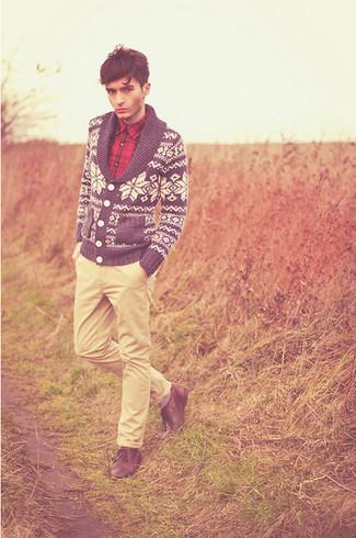 Как и с чем носить: темно-сине-белый кардиган с отложным воротником с жаккардовым узором, красная рубашка с длинным рукавом в шотландскую клетку, бежевые брюки чинос, коричневые кожаные туфли дерби