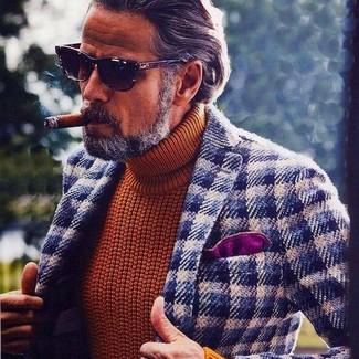 Модный лук: темно-сине-белый шерстяной пиджак в мелкую клетку, табачная вязаная водолазка, пурпурный нагрудный платок, темно-коричневые солнцезащитные очки