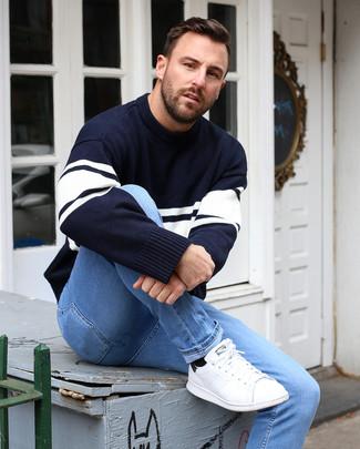 Как и с чем носить: темно-сине-белый свитер с круглым вырезом в горизонтальную полоску, голубые зауженные джинсы, белые кожаные низкие кеды, черные носки