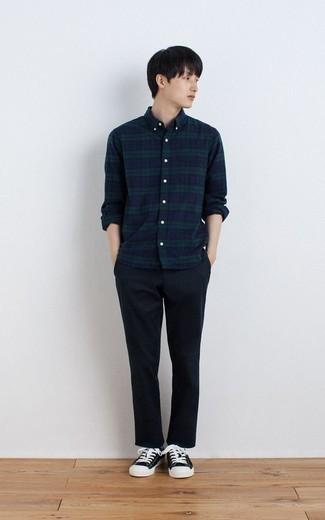 С чем носить темно-сине-зеленую рубашку с длинным рукавом в шотландскую клетку мужчине: Темно-сине-зеленая рубашка с длинным рукавом в шотландскую клетку в паре с темно-синими брюками чинос безусловно будет привлекать взгляды прекрасных барышень. Черно-белые низкие кеды из плотной ткани — идеальный вариант, чтобы завершить образ.