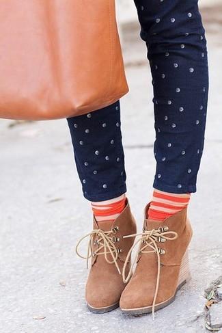 Как и с чем носить: темно-синие джинсы скинни в горошек, светло-коричневые замшевые ботильоны на танкетке, табачная кожаная большая сумка, оранжевые носки в горизонтальную полоску