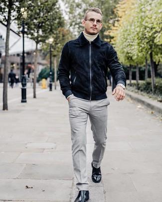 Как и с чем носить: темно-синий замшевый бомбер, белая водолазка, серые классические брюки, черные кожаные ботинки челси