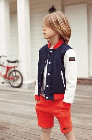 Как и с чем носить: темно-синий бомбер, белая футболка, красные шорты