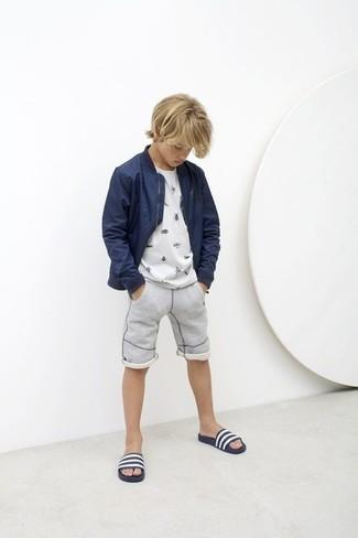 Как и с чем носить: темно-синий бомбер, белая футболка, серые шорты, темно-сине-белые сандалии