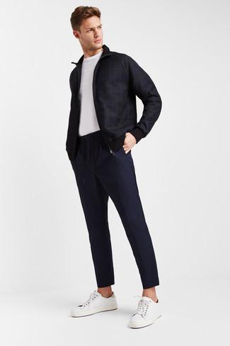 Как и с чем носить: темно-синий бомбер в шотландскую клетку, белая футболка с круглым вырезом, темно-синие брюки чинос, белые кожаные низкие кеды