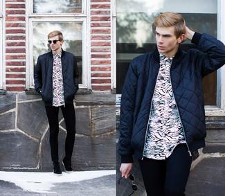 Как и с чем носить: темно-синий стеганый бомбер, бело-черная классическая рубашка с принтом, черные зауженные джинсы, черные замшевые ботинки дезерты