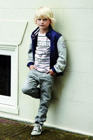 Как и с чем носить: темно-синий бомбер, белый свитер в горизонтальную полоску, серые джинсы, серые кеды