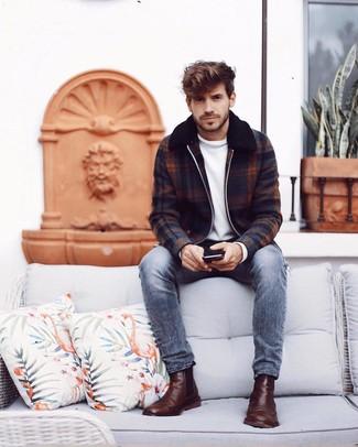 Как и с чем носить: темно-синий шерстяной бомбер в шотландскую клетку, белый свитер с круглым вырезом, серые джинсы, коричневые кожаные ботинки челси