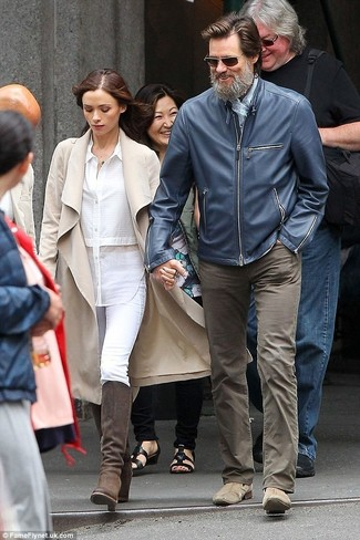 Как и с чем носить: темно-синий кожаный бомбер, коричневые джинсы, светло-коричневые замшевые ботинки челси, голубой шарф