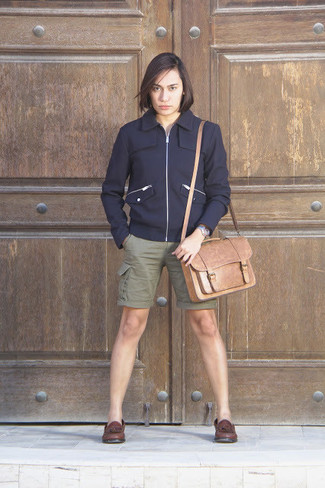 Как и с чем носить: темно-синий шерстяной бомбер, оливковые шорты, темно-коричневые кожаные лоферы с кисточками, светло-коричневая кожаная сумка почтальона