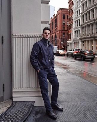 Как и с чем носить: темно-синий бомбер, серая водолазка, темно-синие брюки карго, черные кожаные повседневные ботинки