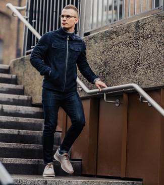 Как и с чем носить: темно-синий замшевый бомбер, серая водолазка, темно-синие зауженные джинсы, бежевые кожаные туфли дерби