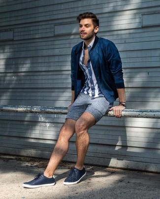 Как и с чем носить: темно-синий бомбер, темно-сине-белая рубашка с коротким рукавом в вертикальную полоску, синие льняные шорты, темно-синие кожаные низкие кеды