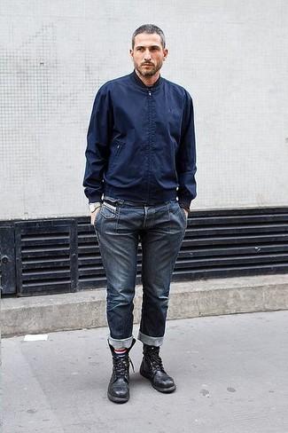 Темно-синий бомбер и темно-синие джинсы — великолепный вариант для вечера в компании друзей. Черные кожаные ботинки добавят элемент классики в твой образ.