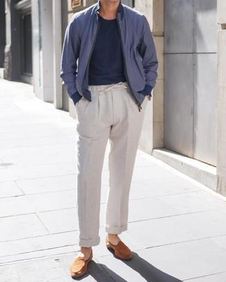 Как и с чем носить: темно-синий бомбер, темно-синяя футболка с круглым вырезом, серые льняные брюки чинос, табачные замшевые лоферы