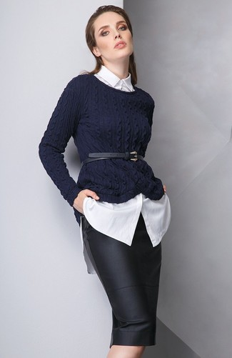 Как и с чем носить: темно-синий вязаный свитер, белая классическая рубашка, черная кожаная юбка-карандаш, черный кожаный пояс