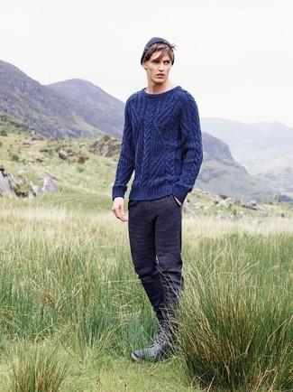 Как и с чем носить: темно-синий вязаный свитер, темно-серые спортивные штаны, черные кожаные повседневные ботинки, темно-синяя шапка