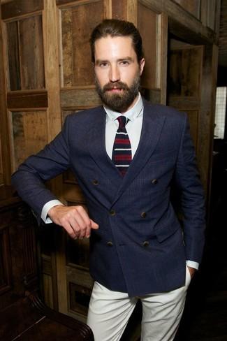 темно синий двубортный пиджак белая классическая рубашка бежевые брюки чинос бело красно синий галстук large 8627