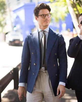 Как и с чем носить: темно-синий шерстяной двубортный пиджак, бело-синяя классическая рубашка в вертикальную полоску, бежевые льняные классические брюки, оливковый галстук с принтом