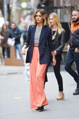 Как Jessica Alba носит Темно-синий двубортный пиджак, Бело-темно-синяя футболка с длинным рукавом в горизонтальную полоску, Оранжевые широкие брюки, Черные кожаные массивные босоножки на каблуке