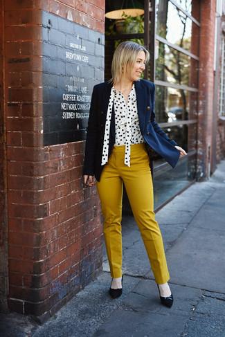 Как и с чем носить: темно-синий двубортный пиджак, бело-черная блуза на пуговицах в горошек, горчичные узкие брюки, черные замшевые туфли