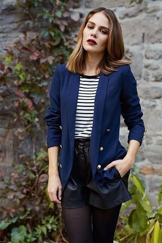 Как и с чем носить: темно-синий двубортный пиджак, бело-черная футболка с круглым вырезом в горизонтальную полоску, черные кожаные шорты, черные колготки