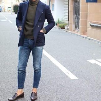 Как и с чем носить: темно-синий двубортный пиджак, оливковая водолазка, синие джинсы, темно-коричневые кожаные лоферы