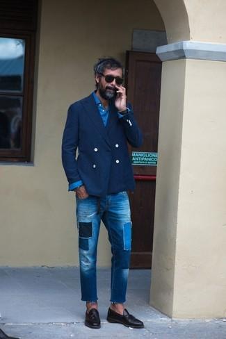 Как и с чем носить: темно-синий двубортный пиджак, синяя рубашка с длинным рукавом, синие джинсы в стиле пэчворк, черные кожаные лоферы с кисточками